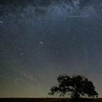 Jó helyen volt a fotós, tűzgömböt fényképezett az éjszakai égbolton