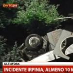 Tragédia Olaszországban: harmincméteres mélységbe zuhant egy turistabusz
