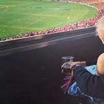 Egyik kezében az unoka, másikban a sör
