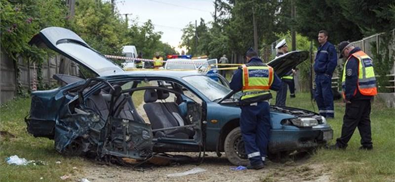 Öten sérültek meg egy oszlopot kidöntő autóban Kerepesen - fotó
