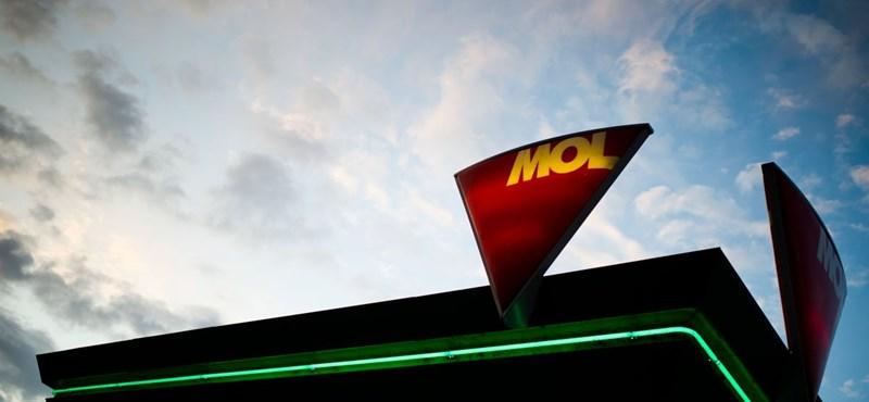 Történelmi csúcs: 10 forinttal nő a benzin ára
