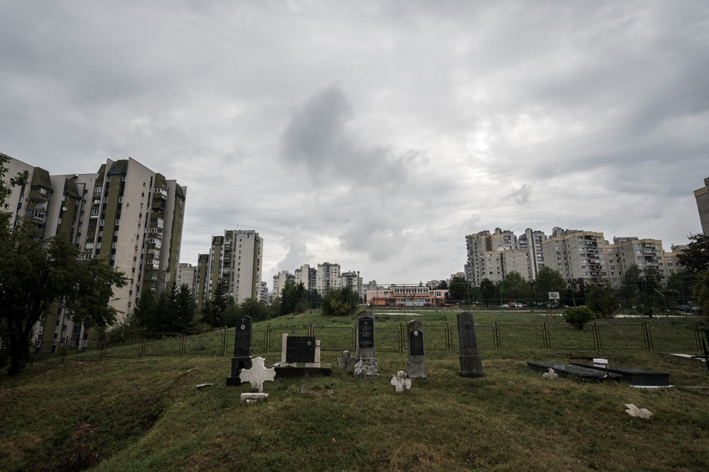 e_! - hvg év képei 2017 nagyítás - mm.17.08.21. - Szarajevó, Bosznia-Hercegovina: Temető egy lakótelep közepén Szarajevóban augusztus 21-én.