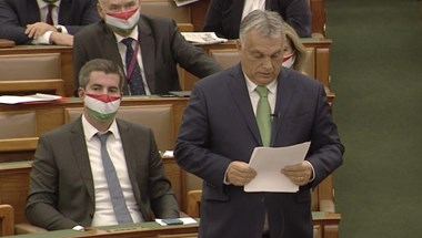 A parlament teremőrei kobozták el Jakab Orbánnak vitt krumpliját