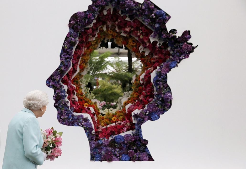 afp.16.05.23. - London, Egyesült Királyság: II. Erzsébet brit királynő a 90. születésnapja alkalmából a tiszteletére készített, az arcélét ábrázoló dekoráció előtt a Chelsea Virágkiállítás kezdetén. - 7képei