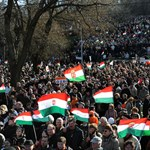 Március 15. - Orbán a Nokia-dobozzal viccelt