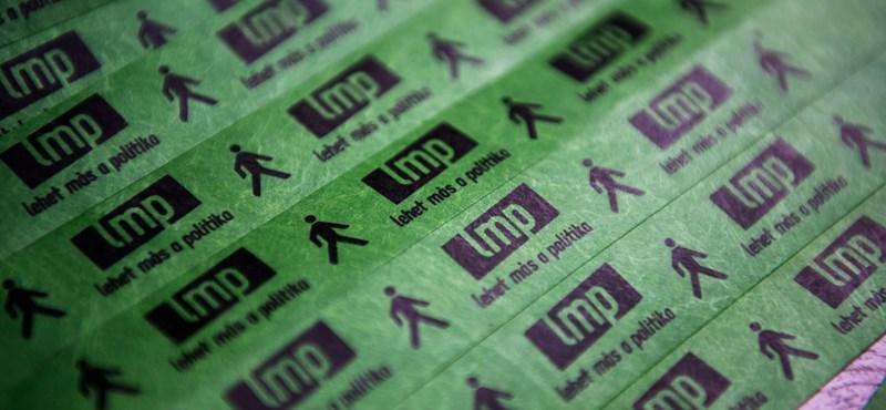 Az LMP lenyelte a békát: fideszes céggel plakátoltat 1100 helyen