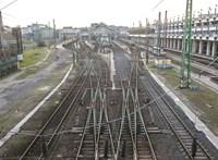 Megállt a senki földjén az utasokkal a monori vonat, a mozdonyvezető is eltűnt róla