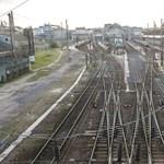 Még az ablakot is lefújták: iszonyúan összegraffitiztek egy vonatot