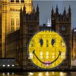 Happy days: mosolygó arcot vetíttek a brit parlamentre