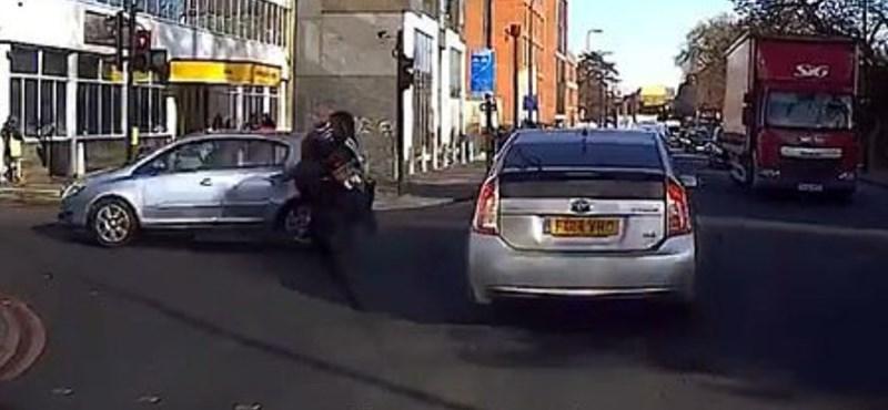 Tanuló motorost az első szabálytalansága majdnem elintézte - videó