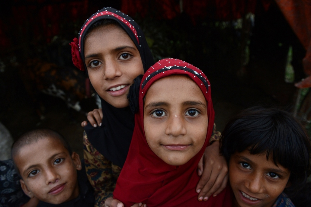 afp. hét képe - Srinagar, India, 2014.08.25. nomádok, Kasmír, Kashmiri nomad girls pose at a temporary camp in the outskirts of Srinagar on August 25, 2014. Nomads travel with their livestock and trek through the state's rugged mountain terrain to reach p
