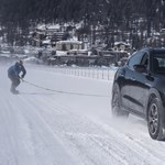 Egy Maserati divatterepjáró 150-nel húzott egy snowboardost
