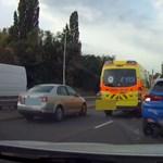 Rátapadt a mentőre, úgy nyert utat a szétnyíló kocsisorban egy autós – videó