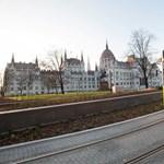 Több járat útvonala módosul és több utat lezárnak a szombati tüntetés miatt Budapesten