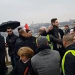 Videó: Kituszkolták a Békemenetről a Magyar Nemzet újságíróját, mert kérdezett