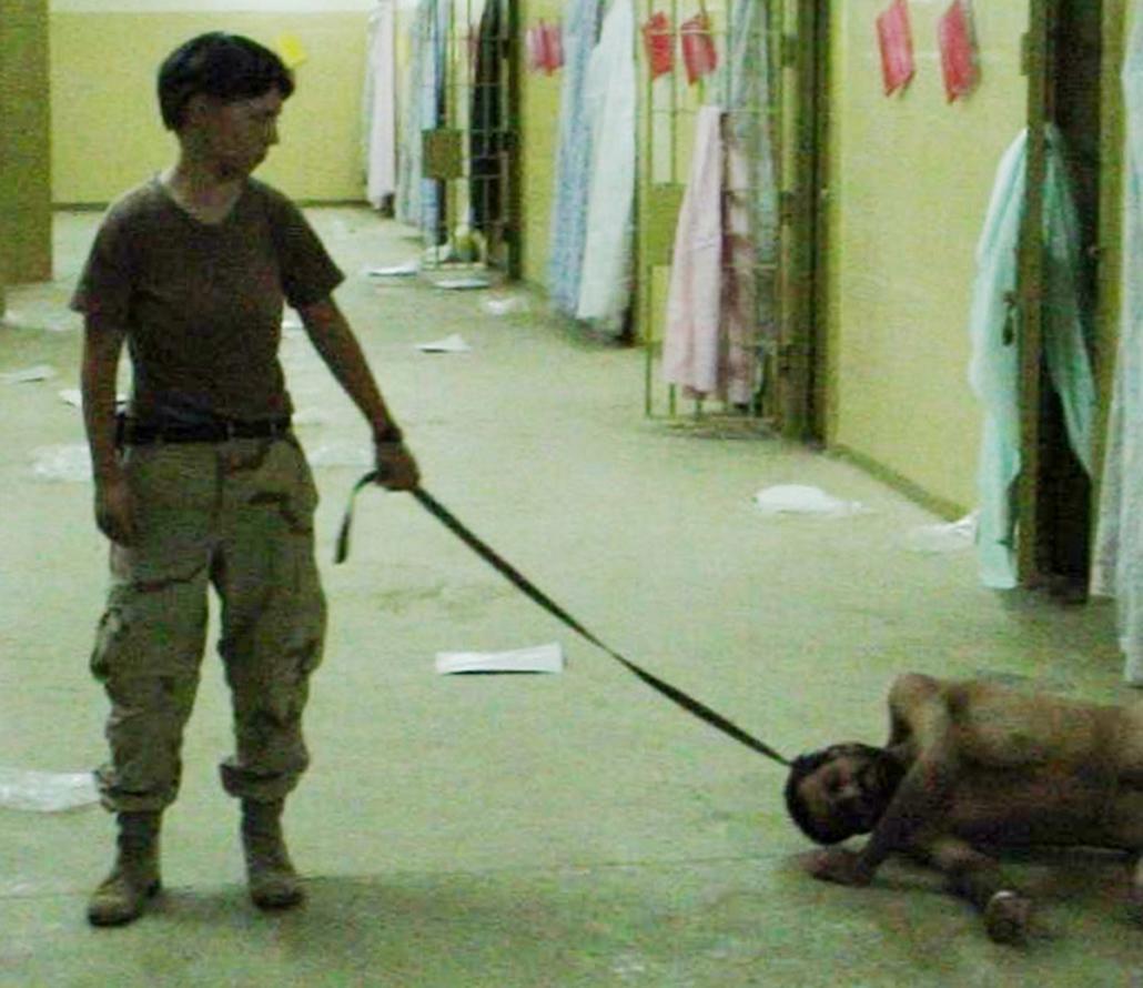 Katonanő egy iraki fogly kínzásában vesz részt a hírhedt Abu Gharib börtönben Bagdadban 2003-ban.