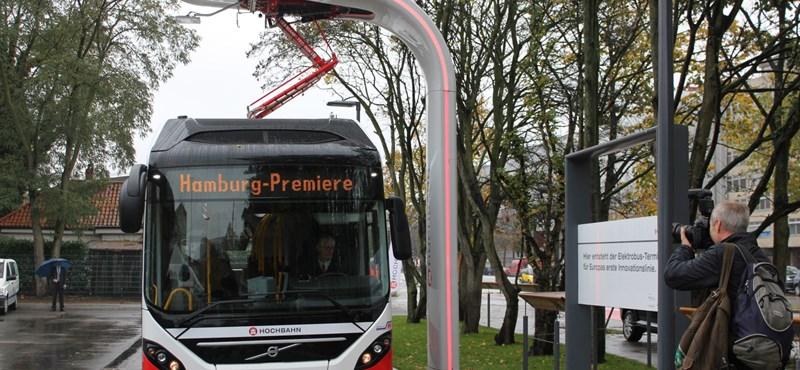 Máris bemutatták az új elektromos hibrid buszt