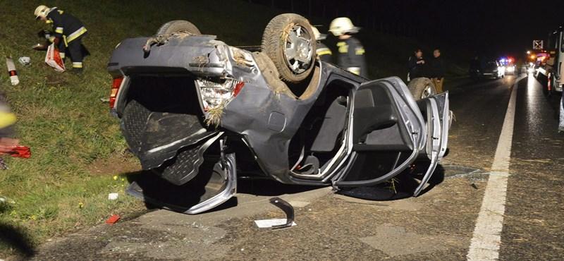 Fotó: alig ismerhető fel az M3-ason felborult autó