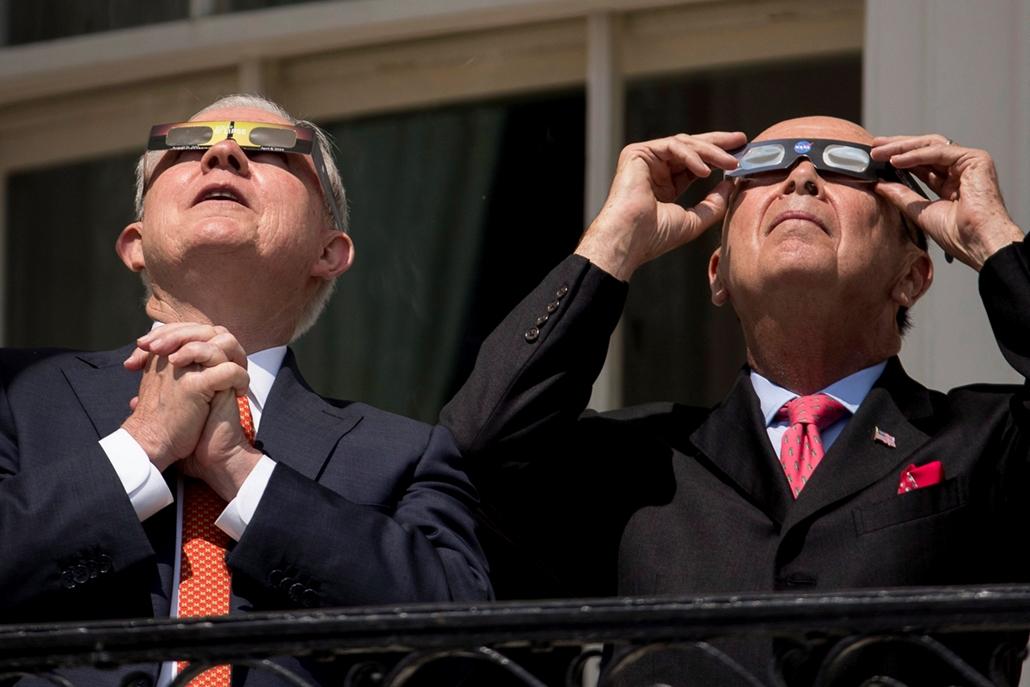 AP!!!09.01ig ap.17.08.21. - Napfogyatkozás az egyesült államokban - Jeff Sessions amerikai igazságügyi miniszter (b) és Wilbur Ross kereskedelmi miniszter a teljes napfogyatkozást nézi védőszemüveggel a washingtoni Fehér Ház erkélyéről