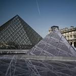 Szétbarmolták a turisták a Louvre előtti remekművet