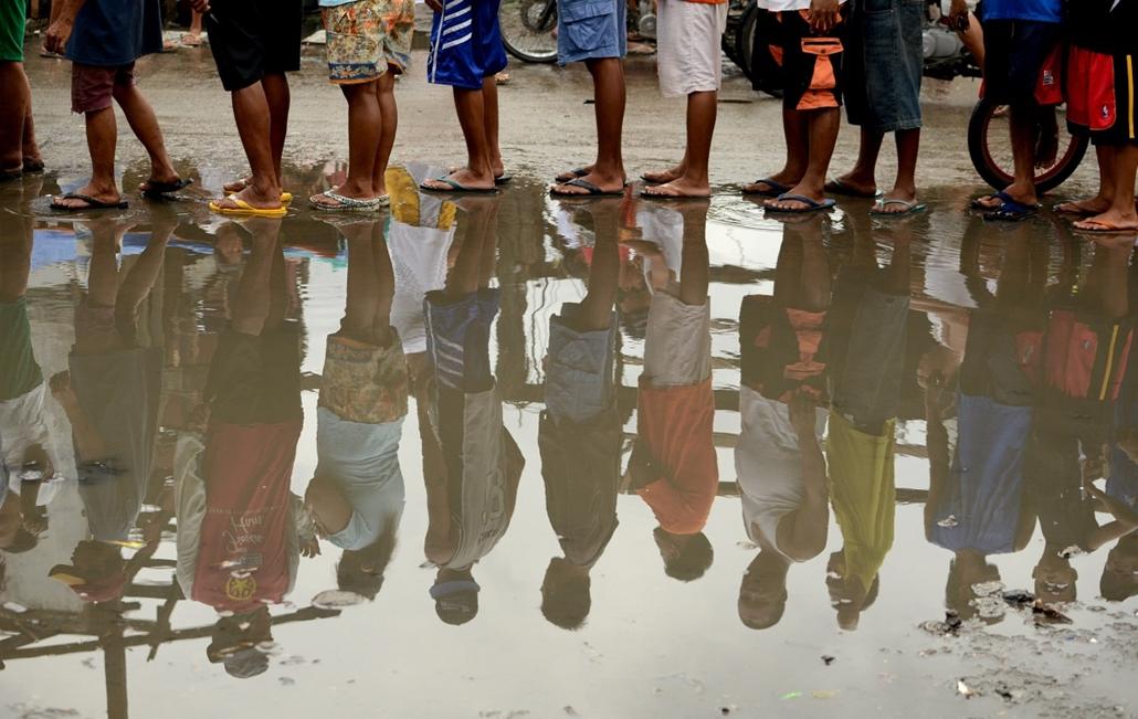 Palo, Fülöp-szigetek: túlélők sora a Haiyan tájfun után. 13.11.26. - 7képei