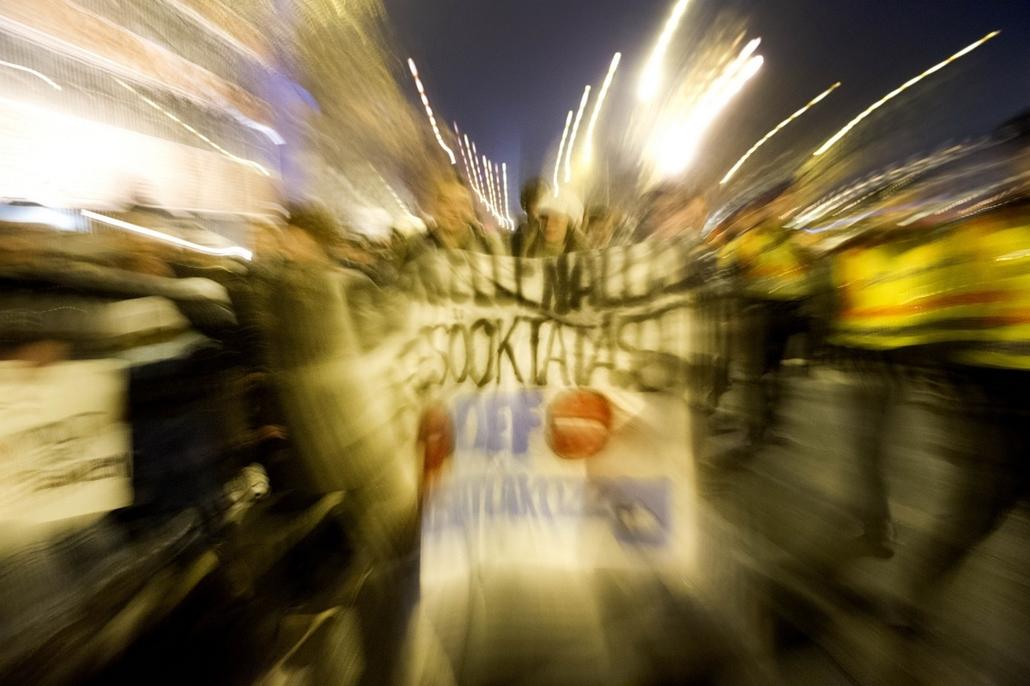 tüntetés a lánchídnál