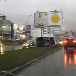 Oldalára borulva állt meg az esős úton besokalló Camaro - videó