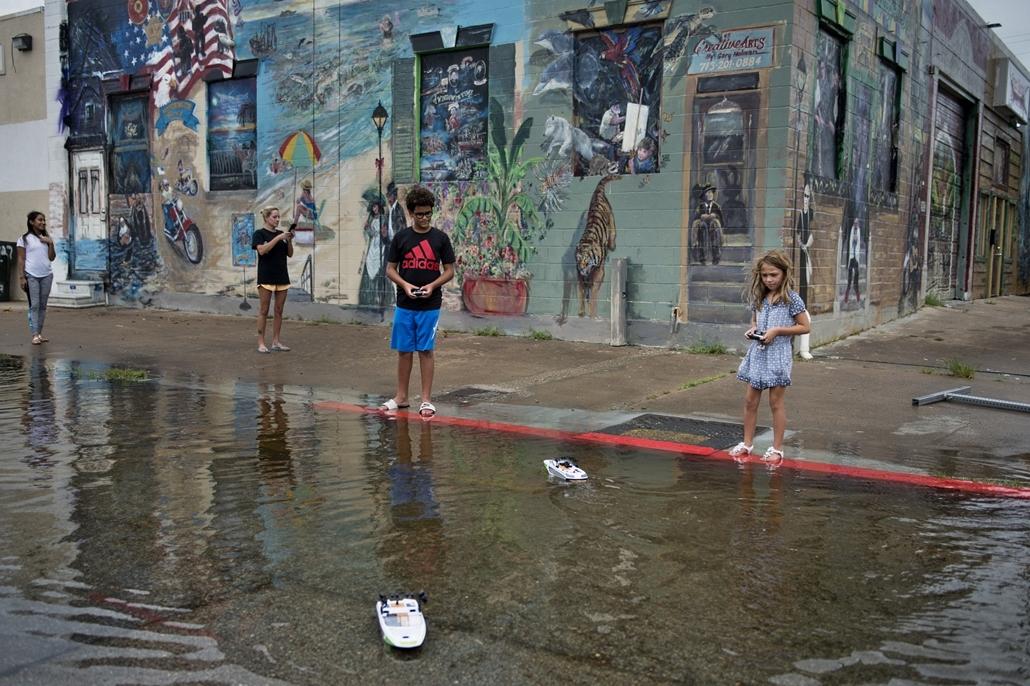 afp.17.08.26. - Galveston, USA: Hurrikán után Galvestonban. A heves esőzéssel kísért Harvey hurrikán végigsöpört a texasi partvidéken; pusztításai nyomán Texas állam 62 megyéje vált katasztrófa sújtotta területté.