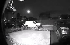 Videó: rendben, hogy kihozta a csomagot a futár, csak ház előtti kocsit nem kellett volna összetörnie