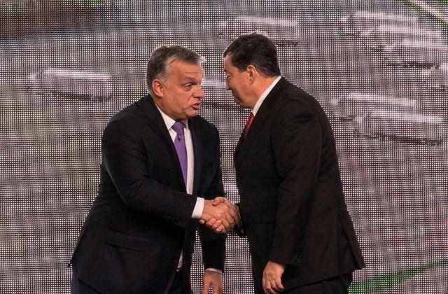 mti.17.10.30. - Orbán Viktor miniszterelnök és Mészáros Lőrinc, az Opus Global Nyrt egyik tulajdonosa (b-j) a kft. tiszapüspöki izocukorüzemének avatásán 2017. október 30-án