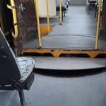 Menet közben szakadt szét egy csuklós busz Egerben, utasok voltak rajta