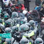 Megbukott Dél-Korea első elnöknője, halottjai vannak a zavargásoknak - fotók