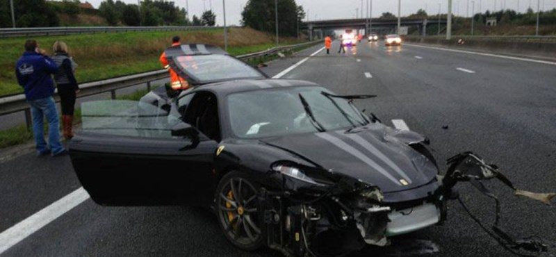 Sirályszárnyú Mercivel ütközött egy Ferrari 430 Scuderia - fotók