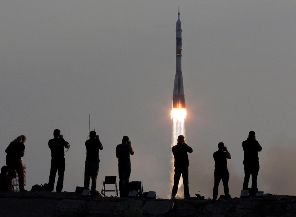 !!! AP júl.20-ig !!! - A Szojuz MS-01 orosz ûrhajó felbocsátását fényképezik a kazahsztáni Bajkonurban mûködõ orosz ûrközpontban 2016. július 7-én. A Szojuz fedélzetén Kate Rubins, az amerikai Országos Repülésügyi és Ûrkutatási Hivatal, a NASA, valamint A