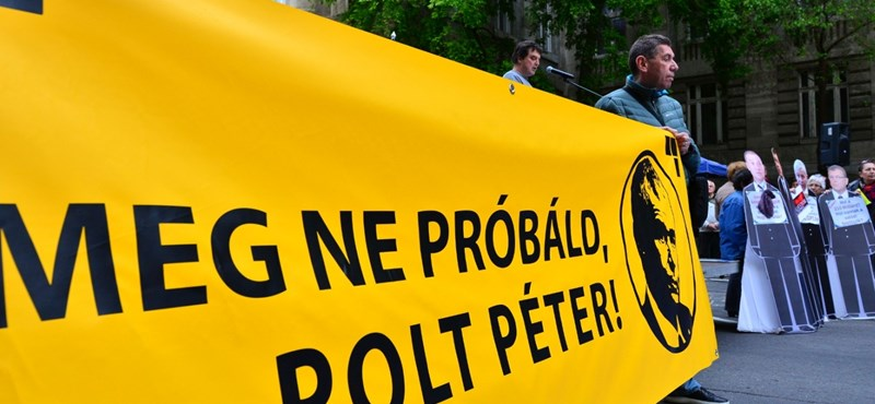 """""""Meg ne próbáld, Polt Péter!"""" - Quaestor-ügyben tüntettek az ügyészség előtt"""