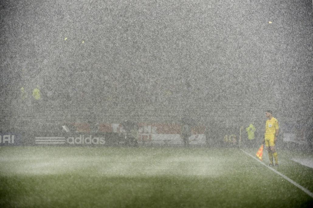 Lyon, Franciaország: játékvezető a Olympique Lyonnais - Reims futballmérkőzésen a Gerland stadionban - 7képei