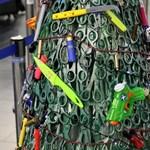 Az utasok elkobzott cuccaiból állítottak karácsonyfát a vilniusi reptéren
