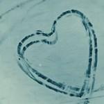 Hóba rajzoltak Valentin-napi üzenetet az 1500 lóerős hibrid hiperautóval