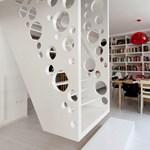 Biljana Jovanovic ementálisajt-lépcsője egy budapesti lakásban