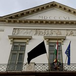 Fekete lobogót tűztek ki a Sándor-palotára