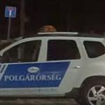 Érden a polgárőrség segíti a Fidesz-plakátok kihelyezését