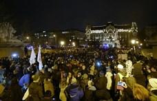 """Budapest helyett a Lánchidat blokkolták és Bayer Zsolt """"bajszát"""" rángatták a tüntetők"""