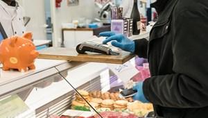 Hamarosan feloldhatják az időseknek fenntartott vásárlási sávot?
