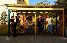 Éjjel akarta elbontani a pécsi önkormányzat a Kétfarkú által épített buszmegállót