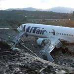 Videó: 170 emberrel a fedélzetén kigyulladt a Boeing, miután túlfutott a pályán és egy folyó állította meg