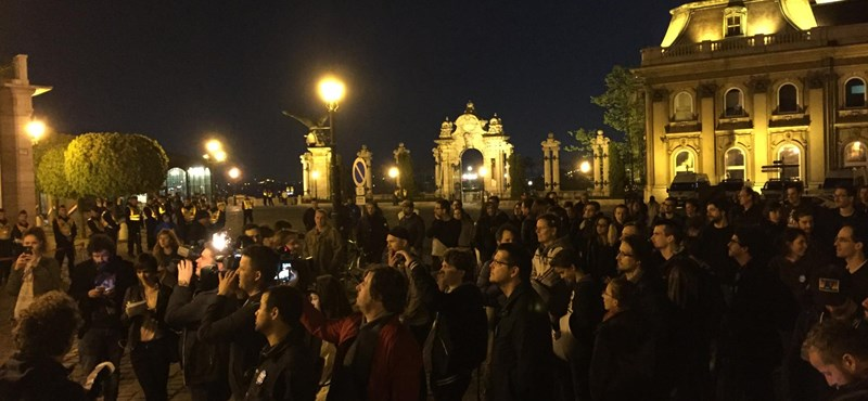 """""""Fantomelnök, hazaáruló, add vissza a diplomád"""" - tüntetés a Sándor Palotánál"""