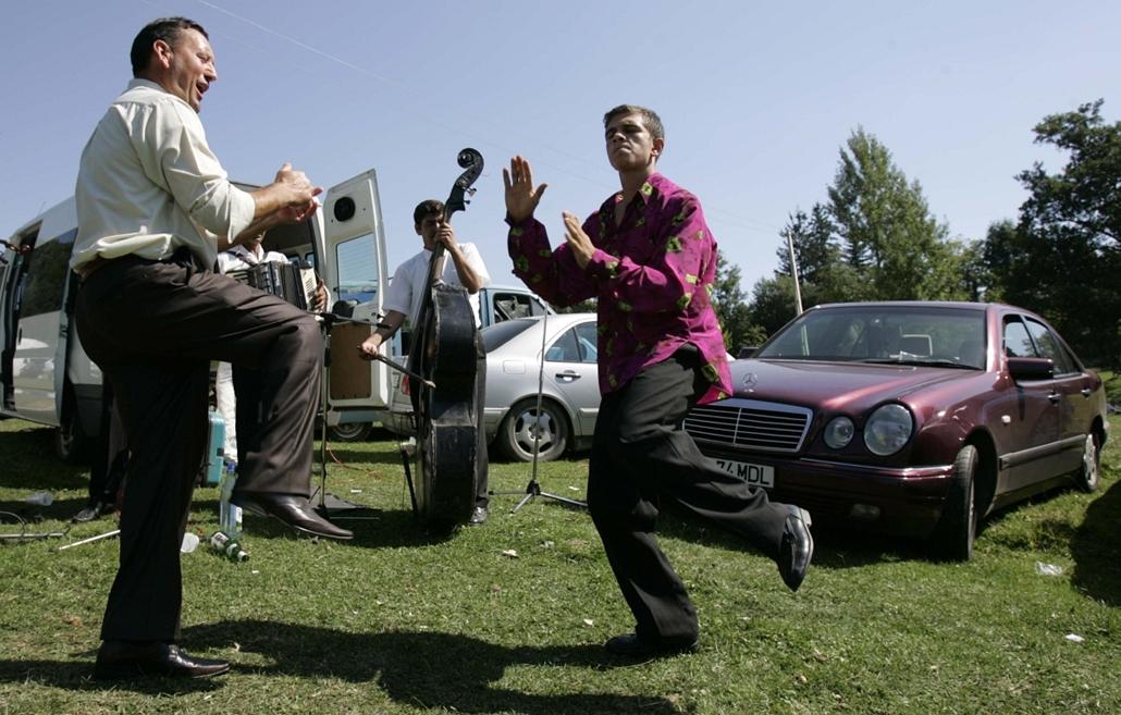 a zene világnapja nagyítás - 2008. augusztus 8. - Romák tánca a horezui búcsúban.