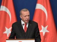 Erdogant nem zavarják a megválasztott polgármesterek, simán elmozdítja őket