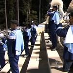 Amputált lábakkal menetel egy fiú az iskolai zenekarban