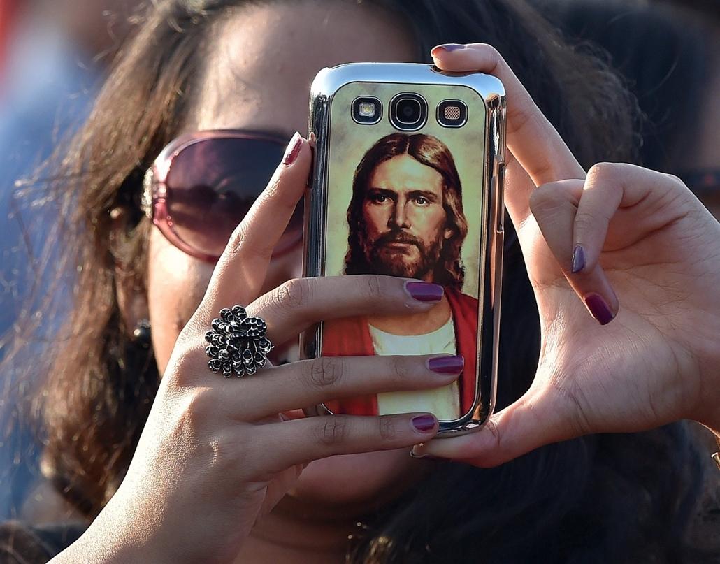 epa. A pápa Srí Lankán 2015.01.14. Colombo, Egy hívő fényképez mobiltelefonjával a colombói tengerparton, a Galle Face Greenen, ahol Ferenc pápa szentté avatja a katolicizmust Srí Lankán elterjesztő papot, Joseph Vazt 2015. január 14-én.